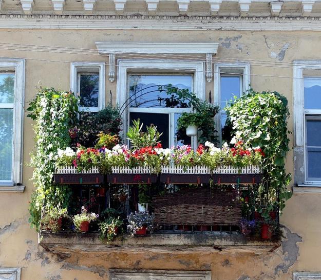 Διακόσμηση μπαλκονιού με λουλούδια11