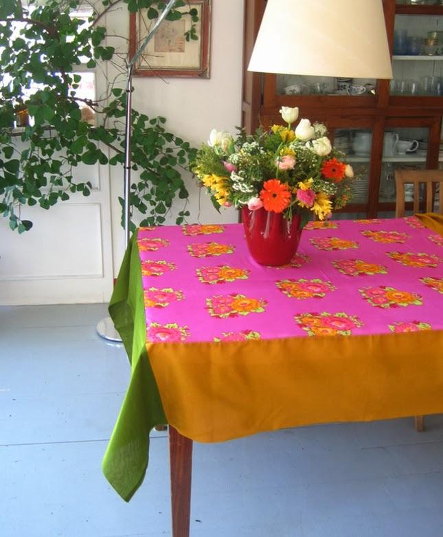 διακόσμηση με πολύχρωμα τραπεζομάντηλα