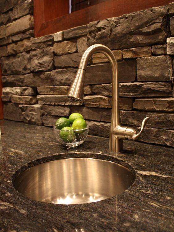 ιδέες με πέτρες, τούβλα και βότσαλα για τοίχους κουζίνας52