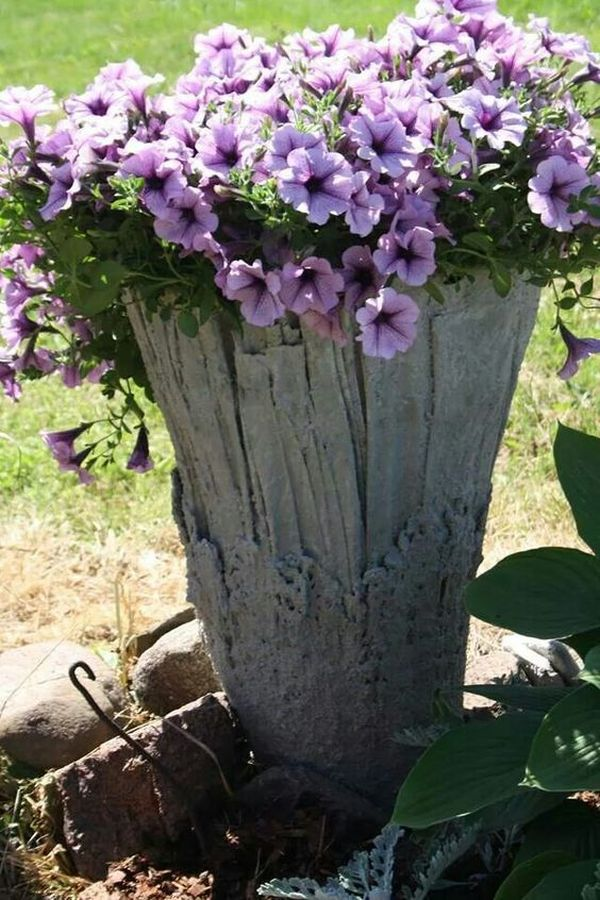diy γλάστρες στον κήπο από τσιμέντο και παλιά ρούχα10