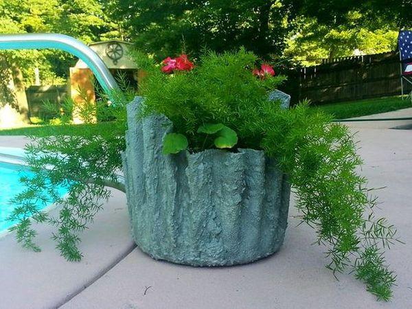 diy γλάστρες στον κήπο από τσιμέντο και παλιά ρούχα13