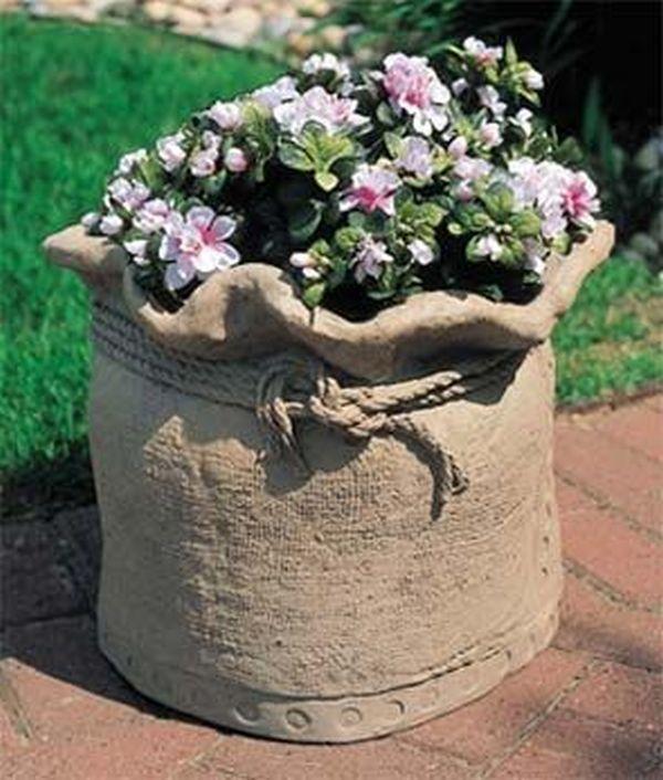 diy γλάστρες στον κήπο από τσιμέντο και παλιά ρούχα2