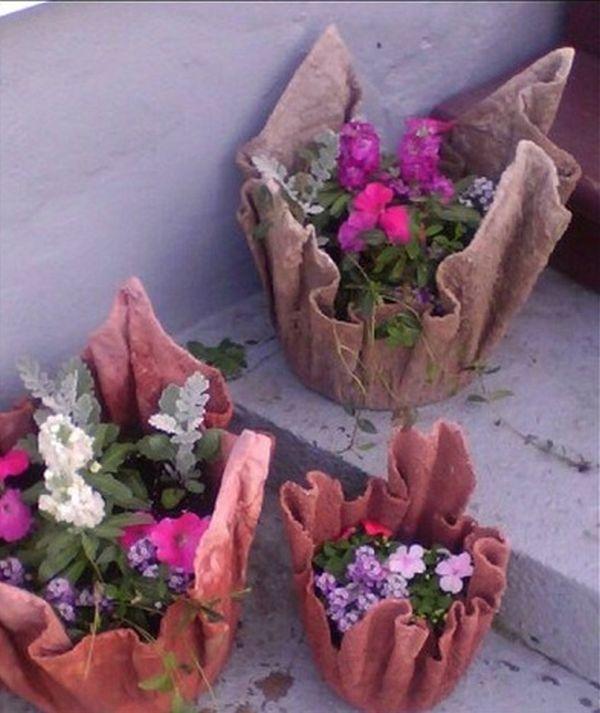 diy γλάστρες στον κήπο από τσιμέντο και παλιά ρούχα8