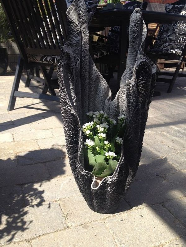 diy γλάστρες στον κήπο από τσιμέντο και παλιά ρούχα9