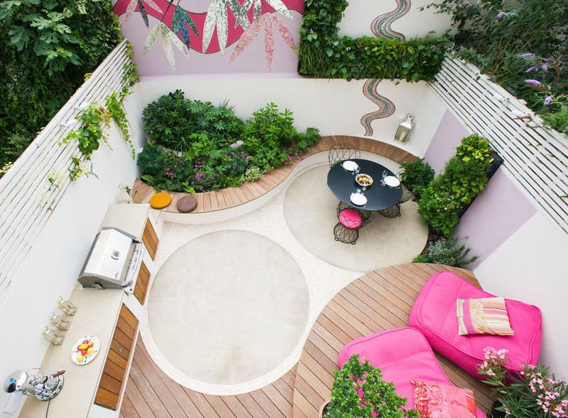 Μια κομψή αυλή με ένα μικρό μοντέρνο ροζ αίθριο