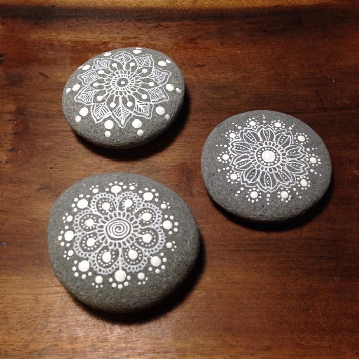 ζωγραφική μάνταλα σε πέτρες και βότσαλα12