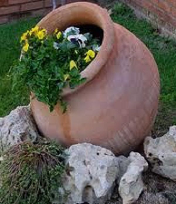 διακόσμηση στον κήπο με πέτρες και πυθάρια3