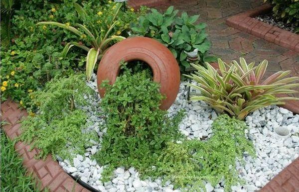 διακόσμηση στον κήπο με πέτρες και πυθάρια5