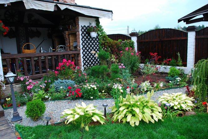 Λουλούδια μπροστά από το σπίτι2