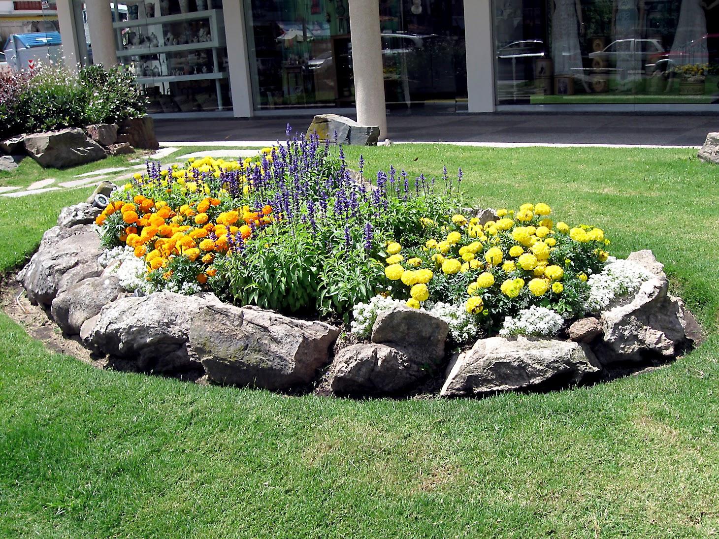 Λουλούδια μπροστά από το σπίτι25